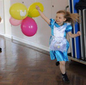 Tyttö juoksee